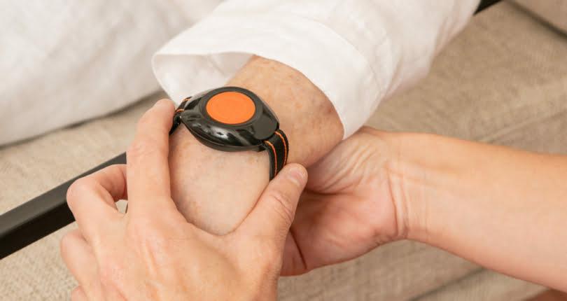 bracelet connecté au poignet d'une personne âgée