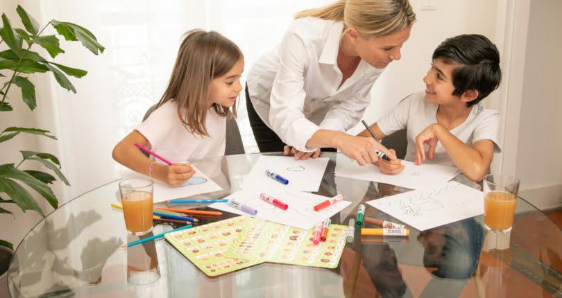 nounou dessinant avec des enfants